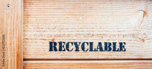 Fotografía caisse en bois avec déchets recyclables