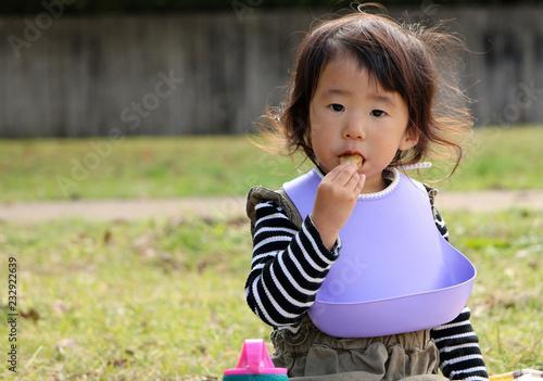 Fotografie, Obraz  お弁当を食べる子供