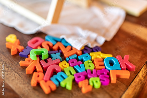 Fotografija  Lettere e caratteri multicolori sparsi su un tavolo
