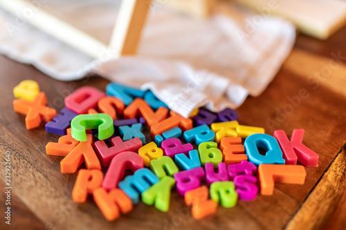 Fényképezés  Lettere e caratteri multicolori sparsi su un tavolo
