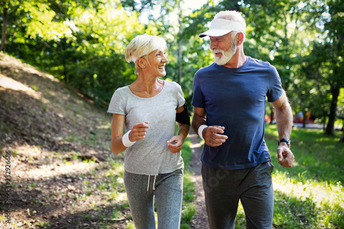 Fotomural  Mature couple jogging and running outdoors in city