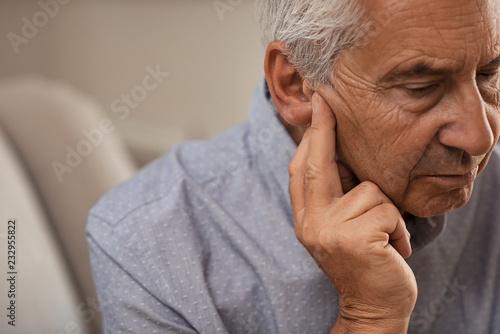 Fotografia  Senior man with hearing problems