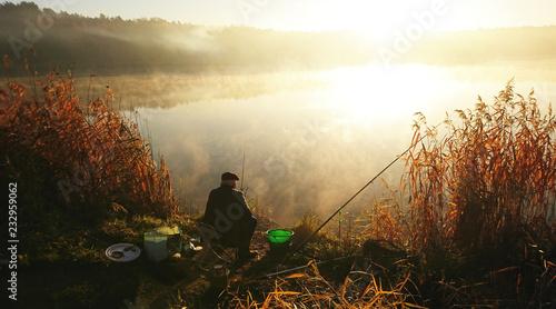 Fotografia, Obraz Amatorski wędkarz łowi na jesieni w jeziorze