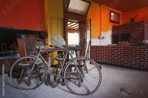 Fotobehang Fiets Vecchia Bicicletta Abbandonata Urbex HotelGrottaVerde