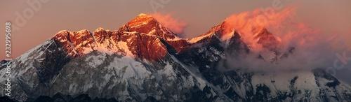 Mount Everest Lhotse Nepal Himalaje góry zachód słońca