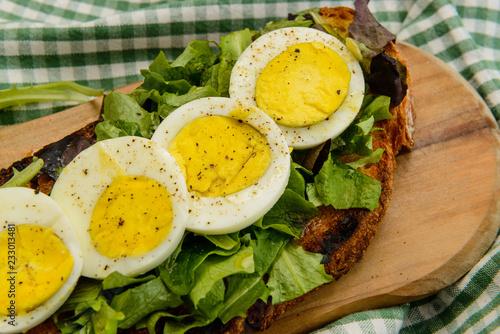 Uova sode su letto di insalata