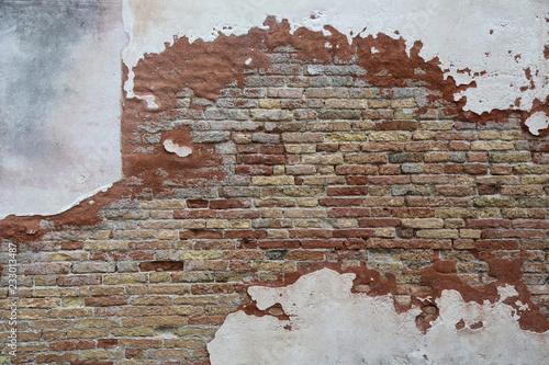 Fototapeta premium Wenecja: Zwietrzała ściana domu starej synagogi (fragment) w dzielnicy żydowskiej w dzielnicy Cannaregio