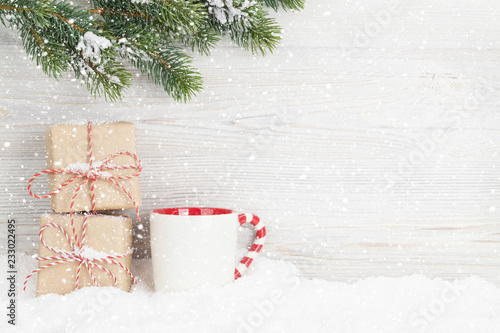 Foto  Christmas gift boxes, cup and fir tree