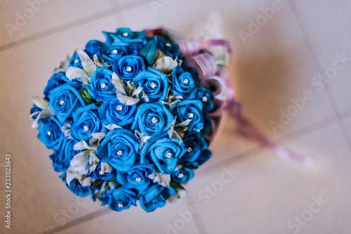 Bouquet Di Rose Blu Con Diadema Al Centro Sfondo Mattonelle Buy
