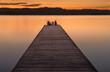 Pasarela en el lago al atardecer con el cielo rojo del mar mediterráneo