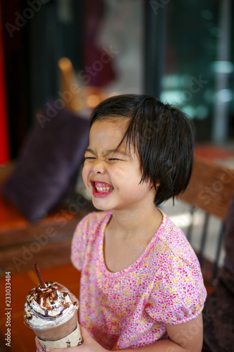 Valokuva Portriat Asian little girl drinking blended ice chocolate with funny face