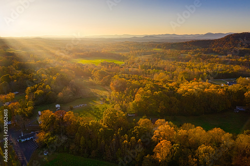 Spoed Foto op Canvas Verenigde Staten Aerial view of golden hour sunset in Georgia Mountains with sun rays