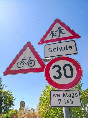 Fotografía  Hinweisschilder weisen auf verkehrsberuhigten Bereich hin