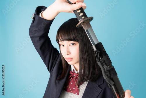 刀を持つ女子高生