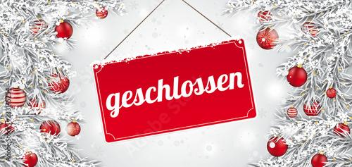 Weihnachtlich geschmückte Tannenzweige mit rotem Schild geschlossen