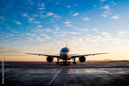 Tuinposter Großes Flugzeug Ansicht von vorne