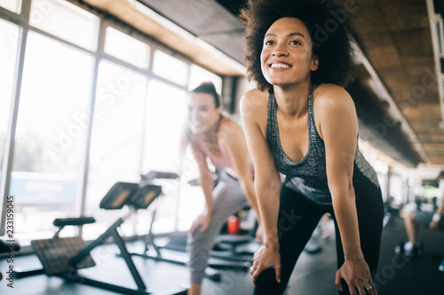 Fotografía  Fit sportswoman exercising and training at fitness club