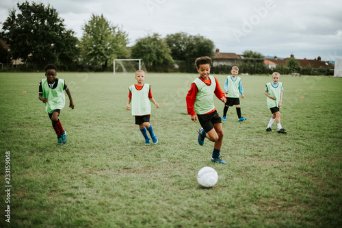 Fotografie, Tablou Junior football team playing on the field