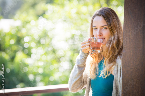 Photo Young woman drinking herbal tea outdoors