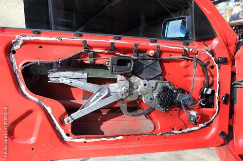 Fototapeta Podnośnik szyby w drzwiach samochodu osobowego. obraz