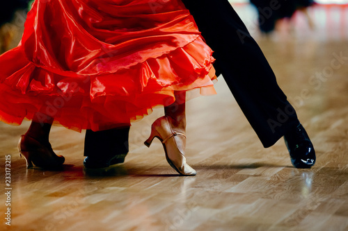Carta da parati dance sports couple red dress black suit tail