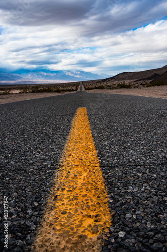 Poster Centraal-Amerika Landen Road asphalt texture through Death Valley National Park