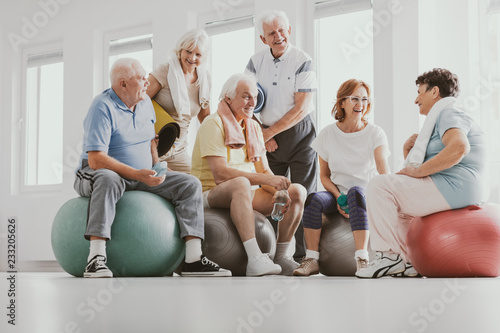 Low angle on smiling senior people on balls after gymnastic classes at sport clu Tablou Canvas