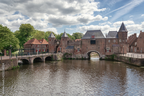 Photo The canal Eem with in the background the medieval gate The Koppelpoort in the Du