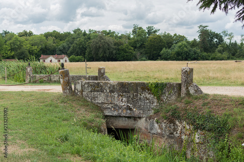 Papiers peints Con. Antique The ancient stone bridge the Chateau de La Brede is a feudal castle in the commune of La Brede in the departement of Gironde, France. Summer cloudy day