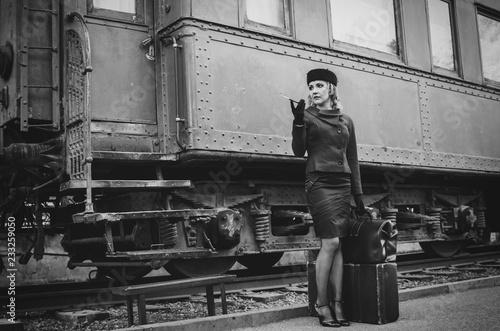 Photo Retro woman on the train station