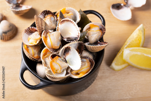 Fotografiet Steamed cockles ready to eat