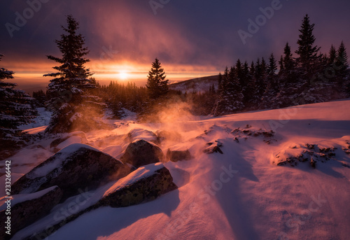 In de dag Zonsondergang Snowy mountain sunrise