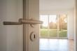 canvas print picture - Neubau-Immobilie Umzug in neue Wohnung - Tür in modernes Wohnzimmer mit Blick auf Garten