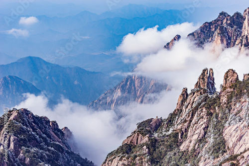 Foto op Aluminium Bergen Clouds by the mountain peaks of Huangshan National park.