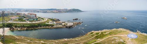 Paisaje de la ciudad de La Coruña con vistas de edificios cerca de la playa, turisteando en el verano de 2018