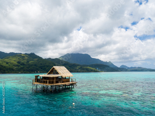 Fotografía  Lonely overwater bungalow of black pearl farmers