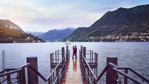 Photo Dos enamorados frente al Lago di Como en Milán
