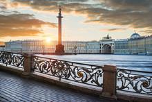 Дворцовая площадь и Ангел на колонне Angel On The Alexander Column On Palace Square
