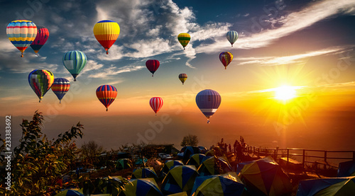 Poster Montgolfière / Dirigeable Dramatic panorama of mountain with hot air balloons at sunset,Thailand.