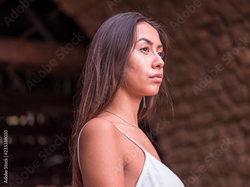Poster Akt Beautiful brunette girl in a white dress looking away at the nature