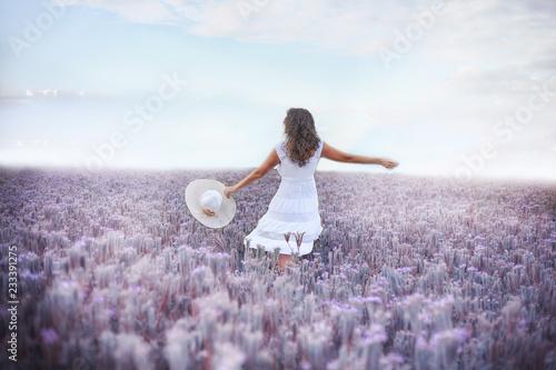Photo  girl dancing in a white dress in a field of purple flowers
