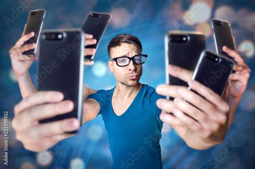 Influencer mit übertrieben vielen Smartphones