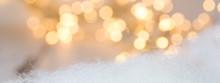 Julbanner Med Julbelysning Ofokuserat I Bakgrunden Vit Bomull I Förgrunden Med Utrymme För Egen Text