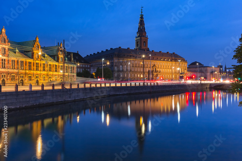 Foto op Canvas Europese Plekken The Old Stock Exchange Boersen and Christiansborg Palace with their mirror reflection in canal at night, Copenhagen, capital of Denmark