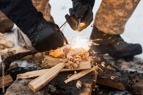 Valokuva Male hand starts fire with magnesium fire steel, fire striker