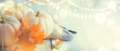 Photo sur Aluminium Automne Thanksgiving background. Holiday scene. Wooden table, decorated with pumpkins, autumn leaves and candles
