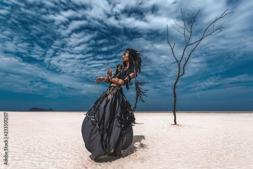 Obraz na płótnie Beautiful young stylish tribal dancer