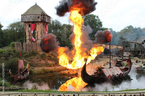 Photo Village en feu attaqué par les Viking spectacle du puy du fou