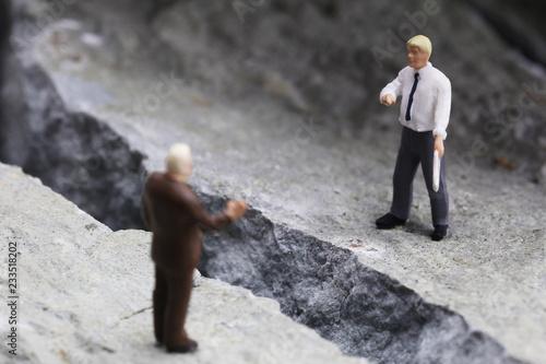 Photo 岩の亀裂と交渉するビジネスマンたち