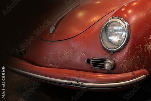 Fotografie, Obraz  Ausschnitt eines kultigen alten roten Sportwagens zu sehen Teil von Haube und Sc